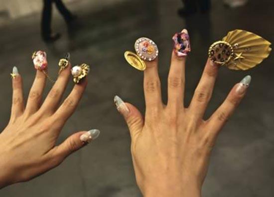 Ασυνήθιστα σχέδια σε νύχια (12)