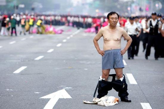 Εν τω μεταξύ στη Νότια Κορέα... (11)