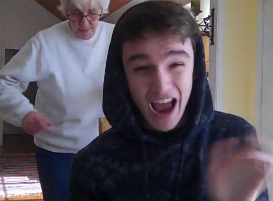 Γιαγιά και εγγονός κάνουν θραύση με rap χορευτικό