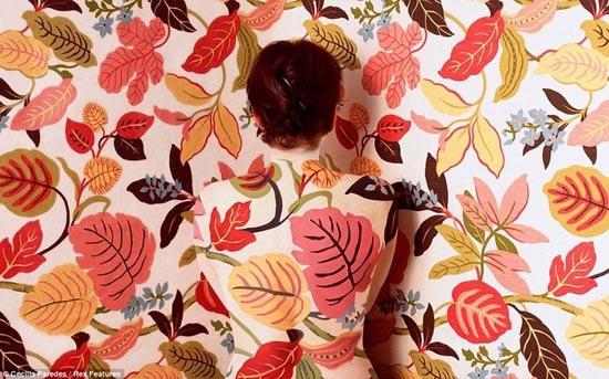 Καλλιτέχνις - χαμαιλέων γίνεται ένα με τα έργα της (1)
