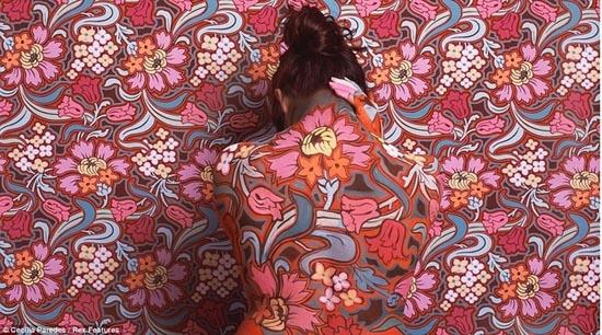 Καλλιτέχνις - χαμαιλέων γίνεται ένα με τα έργα της (5)