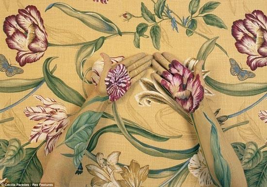 Καλλιτέχνις - χαμαιλέων γίνεται ένα με τα έργα της (8)