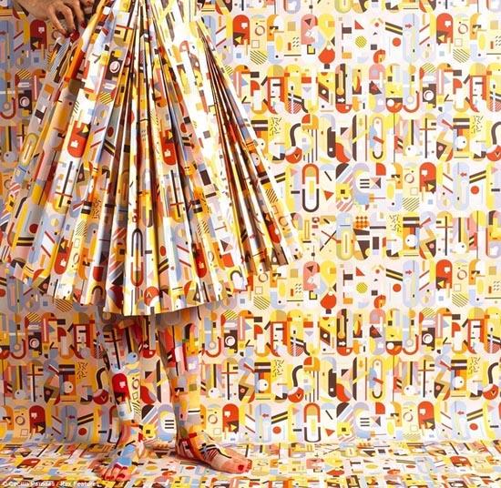 Καλλιτέχνις - χαμαιλέων γίνεται ένα με τα έργα της (11)