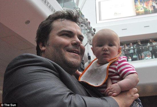 Μωρό ενός έτους έχει γνωρίσει 130 διάσημους (2)