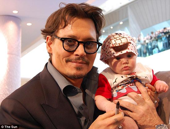 Μωρό ενός έτους έχει γνωρίσει 130 διάσημους (4)