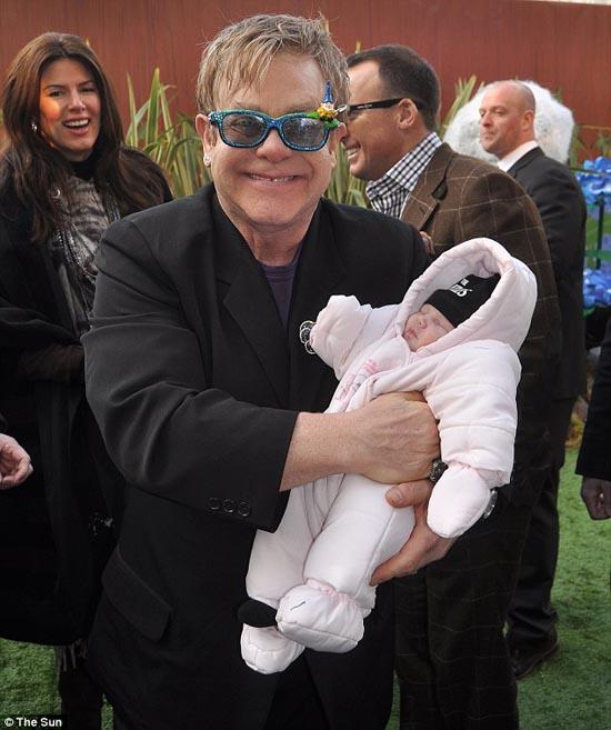 Μωρό ενός έτους έχει γνωρίσει 130 διάσημους (5)