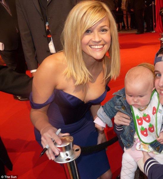 Μωρό ενός έτους έχει γνωρίσει 130 διάσημους (6)