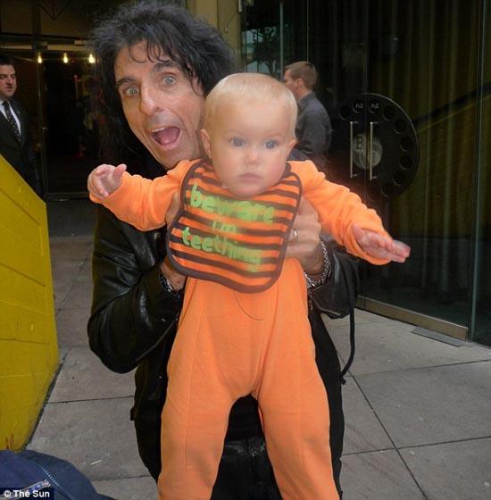 Μωρό ενός έτους έχει γνωρίσει 130 διάσημους (8)