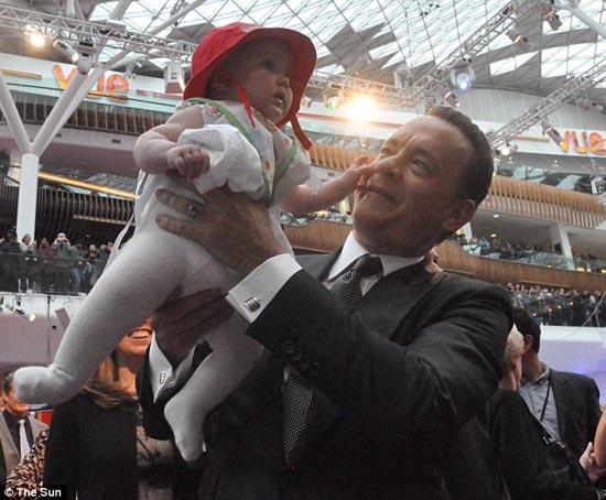 Μωρό ενός έτους έχει γνωρίσει 130 διάσημους (10)