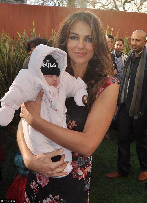 Μωρό ενός έτους έχει γνωρίσει 130 διάσημους (15)