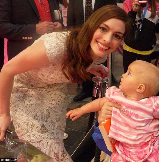 Μωρό ενός έτους έχει γνωρίσει 130 διάσημους (16)