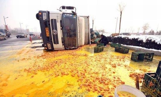 Παράξενο ατύχημα φορτηγού στην Κίνα (1)