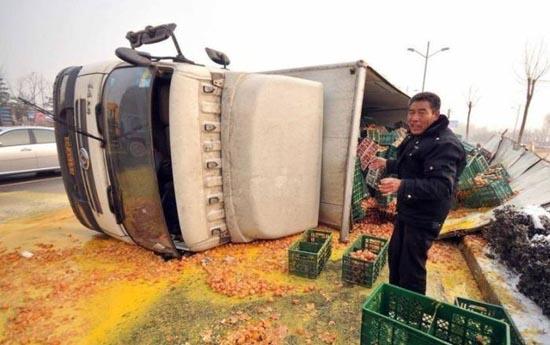 Παράξενο ατύχημα φορτηγού στην Κίνα (2)