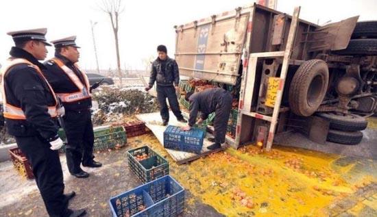 Παράξενο ατύχημα φορτηγού στην Κίνα (3)