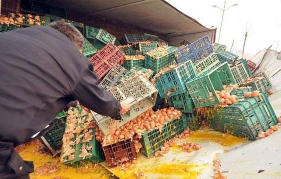 Παράξενο ατύχημα φορτηγού στην Κίνα (4)