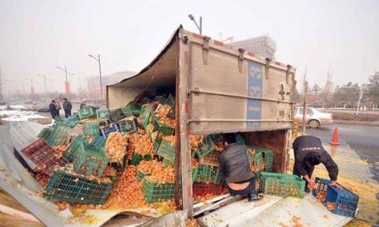 Παράξενο ατύχημα φορτηγού στην Κίνα (5)