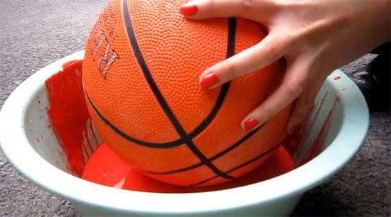Ζωγραφίζει με πινέλο μια μπάλα του μπάσκετ