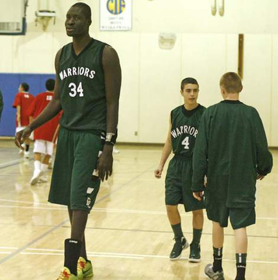 17χρονος ύψους 2.26 σε σχολικό πρωτάθλημα μπάσκετ