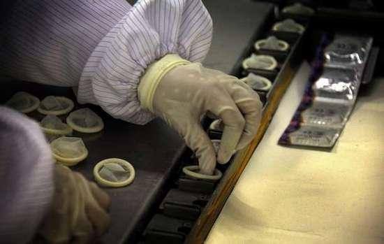 Φωτογραφίες από εργοστάσιο παραγωγής προφυλακτικών (3)