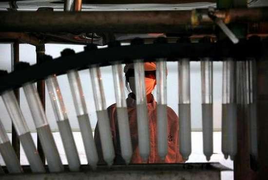 Φωτογραφίες από εργοστάσιο παραγωγής προφυλακτικών (5)