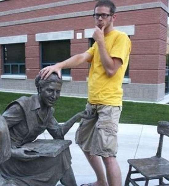 Ποζάροντας με αγάλματα (4)