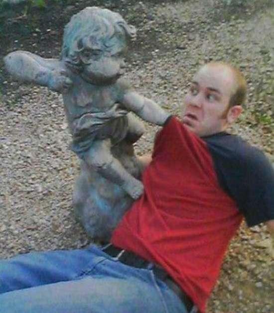 Ποζάροντας με αγάλματα (5)
