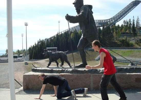 Ποζάροντας με αγάλματα (8)