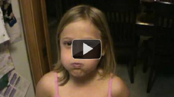 Κορίτσι τραγουδάει με το στόμα κλειστό