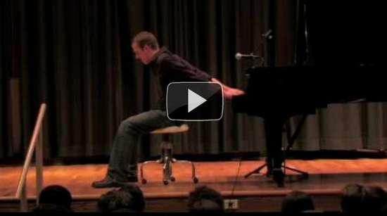 Παίζει πιάνο ανάποδα