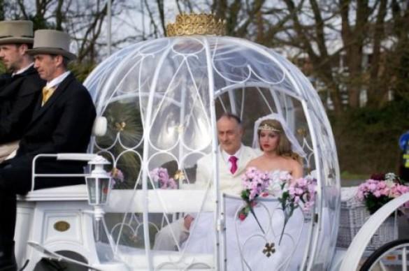 Άνδρας παντρεύτηκε μια πλαστική κούκλα (1)