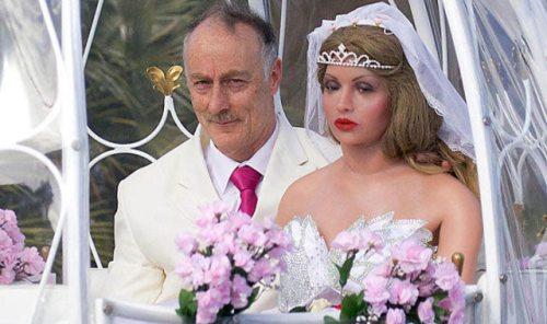 Άνδρας παντρεύτηκε μια πλαστική κούκλα (2)