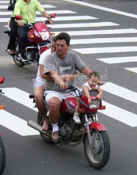 Δημόσιοι κίνδυνοι πάνω σε μοτοσυκλέτες (7)