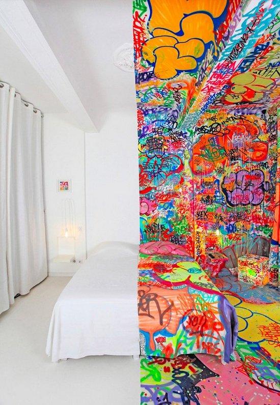 Δωμάτιο ξενοδοχείου με graffiti (1)