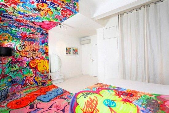 Δωμάτιο ξενοδοχείου με graffiti (2)