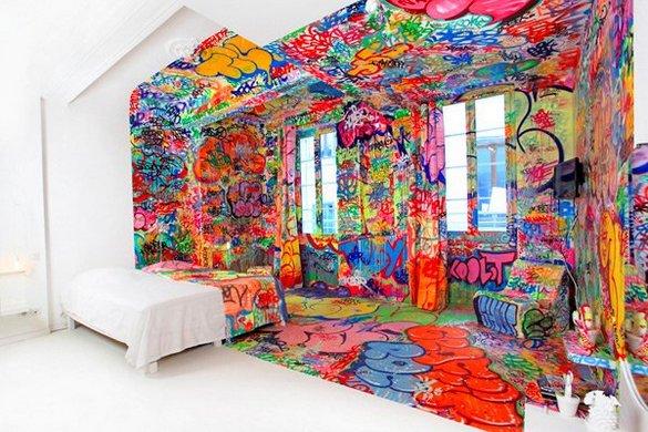 Δωμάτιο ξενοδοχείου με graffiti (3)
