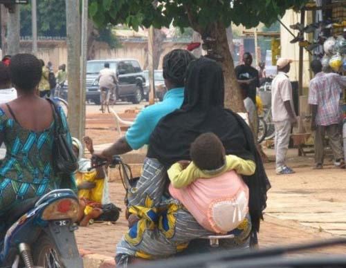 Εν τω μεταξύ στην Αφρική... (4)