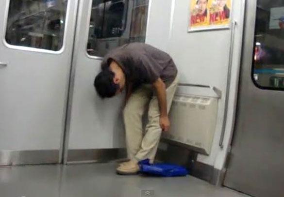 Γιαπωνέζος κοιμάται όρθιος στο Μετρό