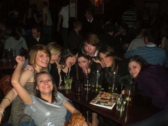 Φωτογραφίες από πάρτι τραβηγμένες την κατάλληλη στιγμή (2)