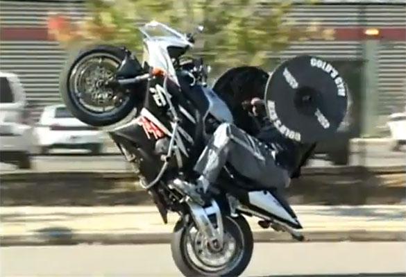 Σηκώνει βάρη και κάνει σούζες με την μοτοσικλέτα... ταυτόχρονα!