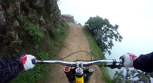 Η πιο τρομακτική διαδρομή με ποδήλατο στις Άνδεις