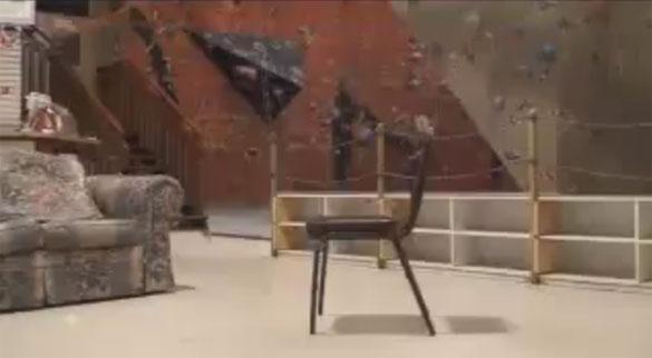 Εκπληκτική αναρρίχηση σε... καρέκλα
