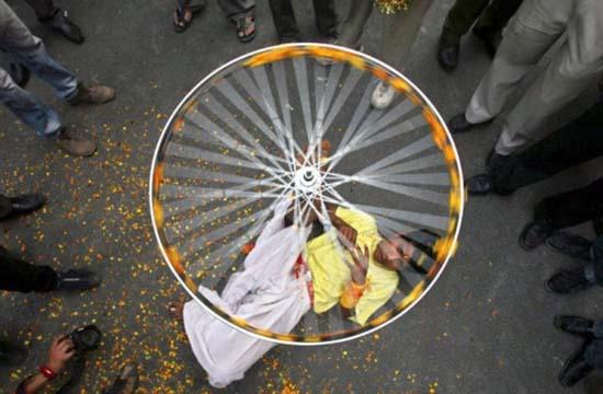 Εν τω μεταξύ στην Ινδία (7)