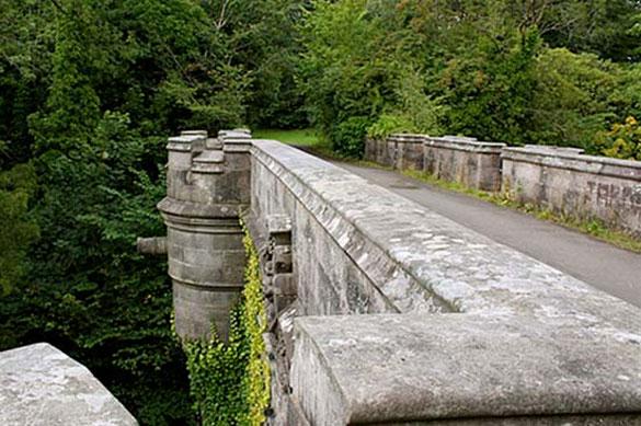 Μια γέφυρα που είναι διάσημη για αυτοκτονίες σκύλων (1)