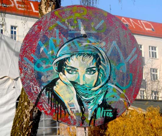 Ξεχωριστή τέχνη του δρόμου από την Alice Pasquini (1)