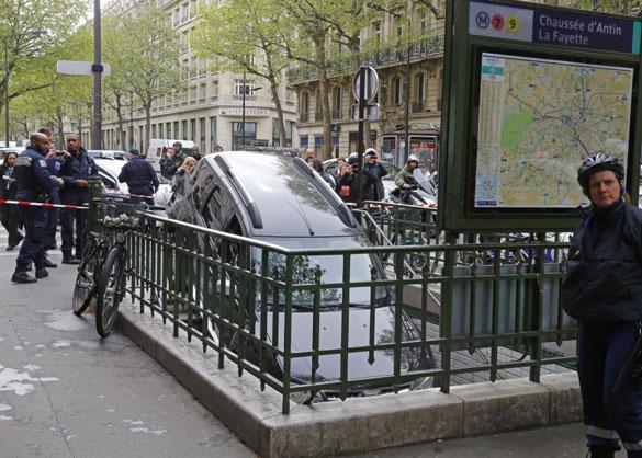 Οδηγός πέρασε την είσοδο του μετρό για... parking
