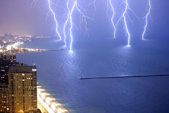 Έξι κεραυνοί χτυπούν ταυτόχρονα την θάλασσα | Φωτογραφία της ημέρας