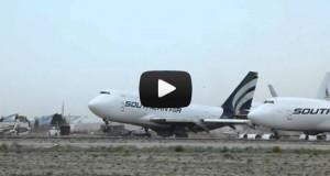 Ισχυρός άνεμος σήκωσε σταθμευμένο αεροσκάφος 747 (Video)