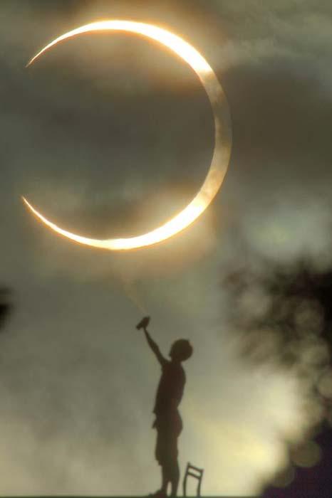 Παράξενες και αστείες φωτογραφίες από την χθεσινή έκλειψη Ηλίου (12)