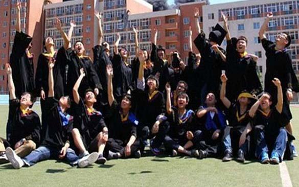 Φωτογράφηση αποφοίτησης με ασυνήθιστο φόντο (1)
