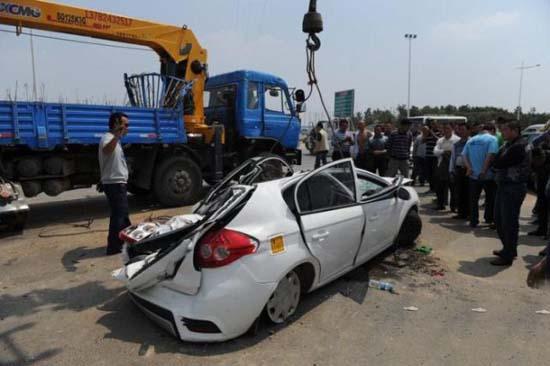 Γερανός προσγειώθηκε πάνω σε αυτοκίνητο (1)